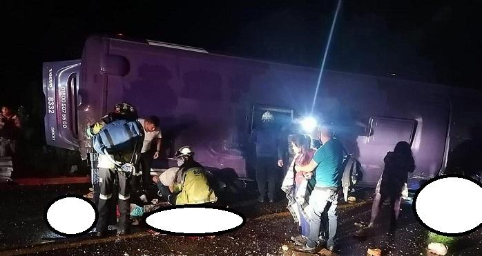 Suman 15 muertos tras volcadura en la México-Toluca